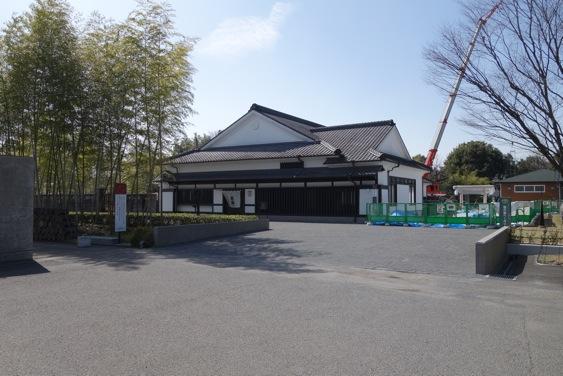 創業記念館吉助(正面)と霧の蔵ベーカリー(右)の間に焼酎神社への参道が生まれます。白木の鳥居は先週建立。