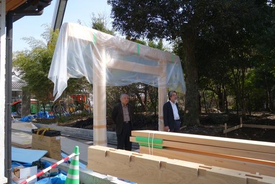 高野建設会長(左)と鮎川(右)が建て方を見守ります